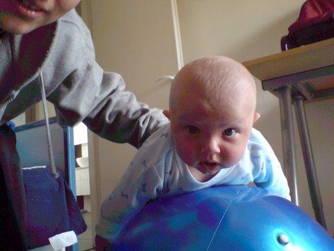 בארי עושה תרגילי פילאטיס אחרי הלידה